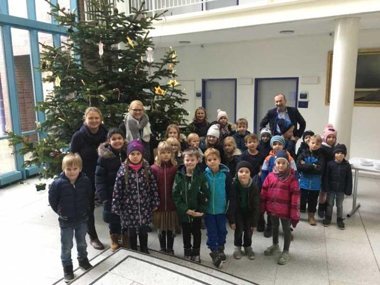 Tannenbaum im Husumer Rathaus von Kindern geschmückt