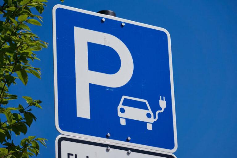 Neue Schnellladesäule für Elektroautos in Husum