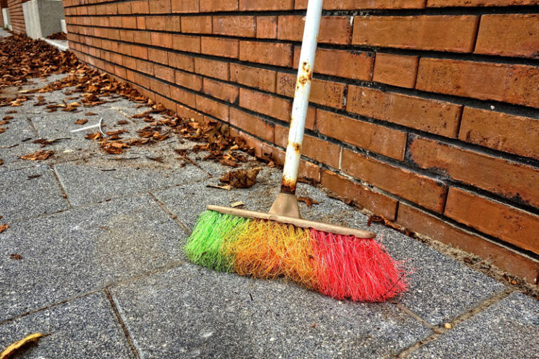 Husum: Besen in die Hand! Pflicht zur Reinigung von Wegen und zum Zurückschneiden von Pflanzen